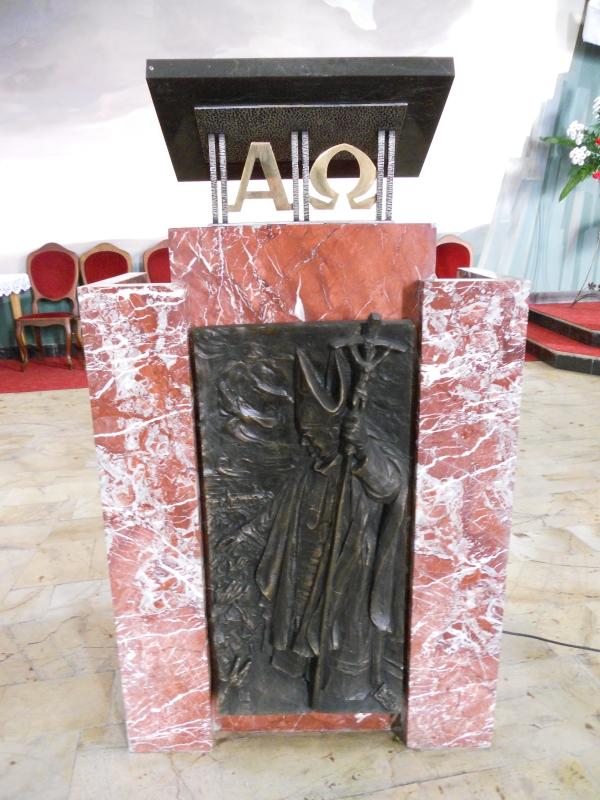Ambona z płaskorzeźbą św. Jana Pawła II