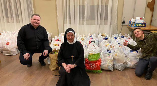 Świąteczna pomoc dla rodzin ubogich zorganizowana przez Caritas przy Parafii Konkatedralnej.